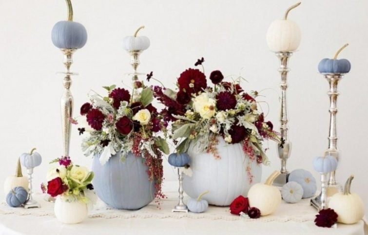 Blumengestecke-selber-machen-weiß-blau-Kürbis-Kerzenhalter