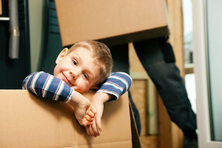 Checkliste für den Umzug mit Kindern _ bigstock