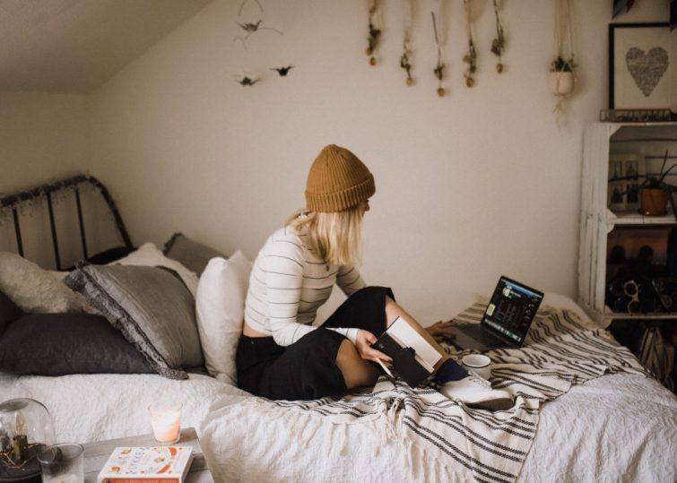 Studentin berechnet budget für eigene Wohnung
